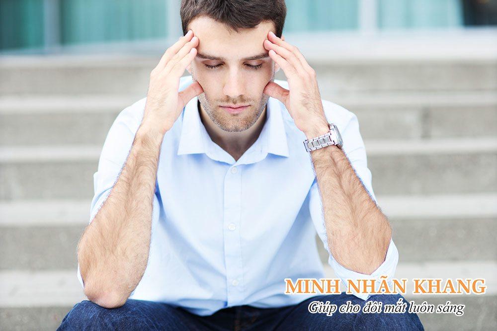 Đau nửa đầu là một trong những nguyên nhân khiến mắt bị mờ đột ngột
